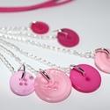 Rózsaszín gomb nyaklánc, Ékszer, Nyaklánc, Rózsaszínű gombokkal készült hosszú, pink műbőr nyaklánc  A lánc ezüstözött.  Hossza kb..., Meska