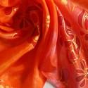 Magyaros kiskendő 5. selyemkendő, Képzőművészet, Textil, Festett tárgyak, Selyemfestés, Ezen a kis kendőn kalocsai ihletésű minták futnak az alappal harmonizáló színekben,arany kontúrral ..., Meska