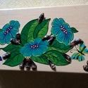 Fa doboz -2, Dekoráció, Dísz, Festett tárgyak, 21x10x4 cm-s fadobozra festettem kedvenceimet a virágokat és a pillangókat , toboz darabkákkal dísz..., Meska