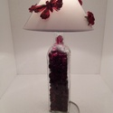 Piros pillangós dísz-hangulat lámpa, Otthon, lakberendezés, Lámpa, Asztali lámpa, Hangulatlámpa, Mindenmás, Üvegművészet, Üvegpalack kifúrva bevezetékelve kb 2m-es fehér kábellel, kapcsolóval. Az üveg vörös üvegkavicsokka..., Meska