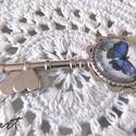 Lepkés-kulcsos  nyaklánc, Ékszer, óra, Nyaklánc, Ékszerkészítés, Decoupage, transzfer és szalvétatechnika, Lepkés-kulcsos nyaklánc. Medál mérete 72x28 mm. Az üveglencse 20 mm átmérőjű. Nyaklánc hossza 65 cm..., Meska