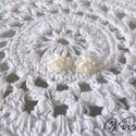 Fehér rózsás fülbevaló fémmentes petrinescu részére, Ékszer, Fülbevaló, Fehér rózsás fülbevaló. A bedugós része is műanyag, így aki allergiás a fémre az is hordh..., Meska