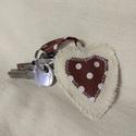 Kulcstartó, Mindenmás, Kulcstartó, Varrás, Szívecske alakú, vászonból készült kulcstartó.  Mérete: 6 x 7 cm  Mosható kézzel 40 Celsius fokon. ..., Meska