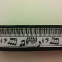 Hangjegyek a zongorán.... kulcstartó, Mindenmás, Kulcstartó, Fekete hevederre varrt hangjegyes grossgrain szalag. Mérete: 15x3 cm Csuklóra tehető, táskában ..., Meska
