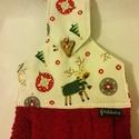 Fázós rénszarvas..... konyhai törlő, Konyhafelszerelés, Otthon, lakberendezés, Fázós rénszarvas, ruhában, sállal és karácsonyi díszekkel  a törlő felső részén. Gyönyörű bordós-pir..., Meska