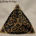 Arany-fekete háromszög medál, Ékszer, Medál, Arany és fekete japán miyuki delica gyöngyökből készítettem ezt a medált geometrikus mintáv..., Meska