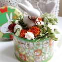 Nyuszis húsvéti asztaldísz, dekoráció fém dobozban, Dekoráció, Dísz, Ünnepi dekoráció, Húsvéti apróságok, Színes húsvéti dobozka szolgál a dekoráció alapjául. A tetején fehér porcelánból készül..., Meska