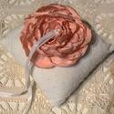 Rózsás gyűrűpárna, Esküvő, Ékszer, Gyűrűpárna, Ékszertartó, Fehér, anyagában pöttyös gyűrűpárna rózsával díszítve, a gyűrűk szalaggal lehet rögzíteni. A gyűrűpá..., Meska