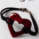 Szív alakú tűzzománc karkötő, Ékszer, Szerelmeseknek, Karkötő, Egyszerű, de figyelemfelkeltő áttört szív alakú transzparens vörös tűzzománc medállal díszített bőrs..., Meska