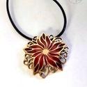 Flora - Borzaskata tűzzománc medál, Gyönyörű, nőies virágot mintázó, áttört f...