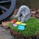 Gondolkodó kerámia elefánt könnyvekkel, Otthon & lakás, Gyerek & játék, Dekoráció, Képzőművészet, Szobor, Kerámia, Gyerekszoba, Gyerekbútor, Kezelt fa korongon műfű alapra rögzített kézzel készített égetett kerámia elefánt könyvekkel. Ledes ..., Meska