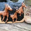 3 dimenziós kerámia lovaskép, Otthon & lakás, Képzőművészet, Szobor, Kerámia, Kézzel készitett égetett kerámia lovaskép akril festékkel festve lakozva 17+13cm, Meska