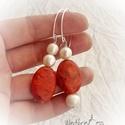 Korall fülbevaló gyöngyökkel, aszimmetrikus, Ékszer, Fülbevaló, A fülbevaló két, szépséges, élénk piros korallból készült, édesvizi gyöngyökkel. Teljes..., Meska
