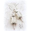 Fehér üveg fülbevaló, Ékszer, Fülbevaló, Szögletes , fehér fóliázott üveggyöngy fülbevaló bőrrel. Szokatlan forma, szemet gyönyörk..., Meska