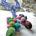 Melengető nyakbavalók 1., Ékszer, Gyűrű, Színes  nyakbavaló  ,  nemezből készült  gömbökkel és hosszűkás, színes elemekkel, kék p..., Meska