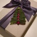 Karácsonyfa dísz, ajándék kísérő, Karácsonyi, adventi apróságok, Ajándékkísérő, képeslap, Karácsonyfadísz, Karácsonyi dekoráció, Gyöngyfűzés, Mindenmás, A szatén szalagot és a gyöngyöket úgy fűztem össze,hogy karácsonyfa formát öltsenek. Duplán vett cé..., Meska