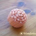 Narancs csiga kitűző - gyöngydíszítéssel, Ékszer, Bross, kitűző, Ez a csiga formájú kitűző narancs színű pamutszalagból készült. Követve az íveket, a szalaggal harmo..., Meska