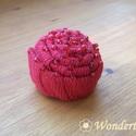 Piros csiga kitűző - gyöngydíszítéssel, Ékszer, Bross, kitűző, Ez a csiga formájú kitűző piros pamutszalagból készült, és követve az íveket, gyöngyökkel dekoráltam..., Meska