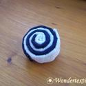 Matróz kitűző, Ékszer, Bross, kitűző, Kék vászon- és fehér pamutszalagból állítottam össze ezt a csiga formájú kitűzőt.  Színösszetétele m..., Meska