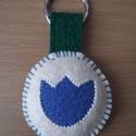 Farmer tulipános kulcstartó, Mindenmás, Kulcstartó, Filcből alkottam meg ezt a fehér színű, kör alakú kulcstartót, melynek a közepét farmer any..., Meska