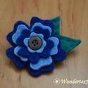 Virág kitűző - kék színösszeállításban, Ékszer, Bross, kitűző, Két világoskék és két sötétkék filc sziromból állítottam össze ezt a hangulatos virág kitűzőt, melyn..., Meska
