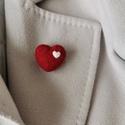 Szív alakú kitűző, Ékszer, Kitűző & Bross, Kitűző, Nemezelés, Tömör gyapjúból készült szív alakú kitűző melyet tűnemezeléssel és  saját kézzel készítettem. Anyag..., Meska