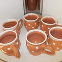 Pöttyös bögrék, Konyhafelszerelés, Bögre, csésze, Natúr mázas fehér pöttyökkel díszített bögrék.3.5 dl-esek.Hagyományos korongozással készültek.6 db...., Meska