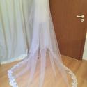 Fehér, csipkés fátyol, Esküvő, Hajdísz, ruhadísz, A fátyol tüllből készült. Fátyolfésűre varrtam. Hossza 220 cm. Az aljára csipke csíkot helyeztem...., Meska