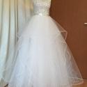 Ágota ruha, Esküvő, Menyasszonyi ruha, A ruha felsőrészét csipkével fedtem be. A csipke aranyszállal átszőtt, gyöngyös csipke. Szoknyarésze..., Meska