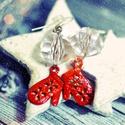 Piros kesztyű fülbevaló, Ékszer, óra, Fülbevaló, Csiszolt áttetsző gyöngyből, és egy kis piros kesztyű fityegőből készült ez a téli hangulatú fülbeva..., Meska