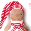 Waldorf manó baba, Baba-mama-gyerek, Játék, Baba, babaház, Plüssállat, rongyjáték, Baba-és bábkészítés, Varrás, Waldorf jellegű manó baba. Teste puha gyapjúval töltött, arca hímzett 25 cm magas+a sapija. Kiváló ..., Meska
