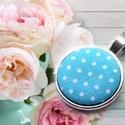 Kék pöttyös nyaklánc, medál, Ékszer, Nyaklánc, Medál, Textillel bevont gombból készült ez a nyaklánc. A medál átmérője: 2,5 cm A nyaklánc hossza: 50 cm  (..., Meska