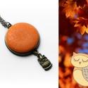 Narancssárga, baglyos, textilgombos medál, Ékszer, Nyaklánc, Medál, Textillel bevont gombból készült ez a nyaklánc. Aprócska bagoly is díszíti. A medál átmérője: 2,5 cm..., Meska