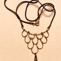 Fekete gyöngyös lánc, Ékszer, Nyaklánc, Antikolt vörösréz drótból, csepp formájú tekla gyöngyből és fekete bőrszíjból készíte..., Meska