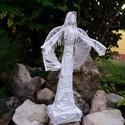 Angyal 51 cm, Dekoráció, Képzőművészet, Mindenmás, Vallási tárgyak, Újrahasznosított alapanyagból készült termékek, Paverpol technikával készült fa alapzaton álló angyal szobor. 51 cm magas., Meska
