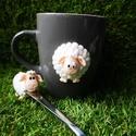 Fehér bárányos bögre és kanál, Konyhafelszerelés, Bögre, csésze, A szett tartalma :bögre, kiskanál.  Tökéletes kiegészítői egy vidám reggelinek.  A minták süthető gy..., Meska