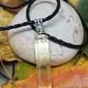 Műgyantából készült medál , Ékszer, Medál, Nyaklánc, Műgyantából készült medál.  Ezüst színű gyönggyel díszítve, fekete műbőr nyakláncon.  Lánc teljes ho..., Meska
