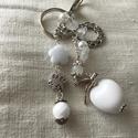 Fehér kulcstartó, Mindenmás, Kulcstartó, Ékszerkészítés, Romantikus hangulatú kulcstartó. Fehér és fém díszítő elemekből állt össze ez a kedves kulcstartó. ..., Meska