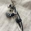 Fekete-fehér  kulcstartó, Mindenmás, Kulcstartó, Ékszerkészítés, Romantikus hangulatú kulcstartó. Fekete,fehér arnyalatú és fém díszítő elemekből állt össze ez a ke..., Meska