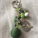 Zöld kulcstartó, Mindenmás, Kulcstartó, Ékszerkészítés, Romantikus hangulatú kulcstartó. Zöld árnyalatú,pici pink és fém díszítő elemekből állt össze ez a ..., Meska