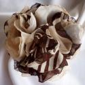 Selyemvirág muszlin kitűző (drapp-sötétbarna), Ékszer, Bross, kitűző, A barna kedvelőinek ajánlom ezt a kb. 8,5 cm átmérőjű elegáns rózsa kitűzőt, melyet 15 ré..., Meska
