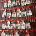 Házikós adventi naptár (piros-törtfehér-zöld-arany), Otthon, lakberendezés, Baba-mama-gyerek, Lakástextil, Falvédő, Naptár, Varrás, Ezt a 24 db, kb.16 cm magas, és 7,5 cm széles házikókból álló adventi naptárat különböző karácsonyi..., Meska