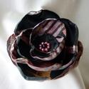 Fekete-mályva selyemvirág kitűző, Ékszer, Bross, kitűző, Fekete-mályva mintás szaténból készült, gyöngyökkel díszített, több rétegű kb.9 cm átm..., Meska
