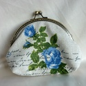 Romantikus kék rózsás csatos pénztárca (tört fehér-kék), Táska, Pénztárca, tok, tárca, Pénztárca, Erszény, Varrás, Romantikusoknak ajánlom ezt a részben kézzel varrt, tört fehér alapon kék rózsamintás, feliratos bú..., Meska