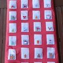 Karácsonyi figurás adventi naptár (pingvin, rénszarvas, hóember), Dekoráció, Karácsonyi, adventi apróságok, Ünnepi dekoráció, Adventi naptár, Vidám figurás barkácsfilcből, piros alapon fehér apró pettyes pamutvászonból készült, vate..., Meska