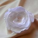 Selyemvirág kitűző (hófehér), Ékszer, Bross, kitűző, Elsősorban esküvőre ajánlom ezt a habkönnyű kitűzőt, de természetesen bármilyen alkalmi ru..., Meska
