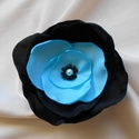 Selyemvirág kitűző (türkizkék-fekete), Ékszer, Bross, kitűző, Türkizkék-fekete színű,több rétegű kb.9 cm átmérőjű, gyöngyökkel díszített, ponge sel..., Meska