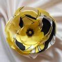 Sárga-fekete-fehér mintás selyemvirág kitűző, Nyári ruhatárhoz ajánlom ezt a sárga alapon fe...