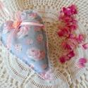 Romantikus rózsa mintás szív (szürke-rózsaszín), Dekoráció, Húsvéti díszek, Dísz, Ezt a romnatikus szürke alapon rózsaszín rózsa mintájú barkácsfilcből készült, vatelinnel ..., Meska