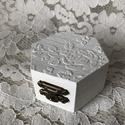 Fehér hatszögletű gyűrűtartó dobozka , Hatszögletű fehérre festett fa gyűrűtartó do...